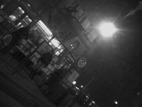 Gray City... #szary #szarość #city #miasto #ludzie #sklep #noc