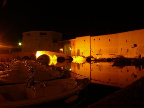 Port Grimaud - każdy z kanałów oświetlony jest innym kolorem światła #LazuroweWybrzeże