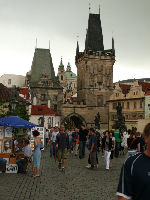 Na Moście Karola jest mnóstwo turystów, portecistów i malarzy #Praga