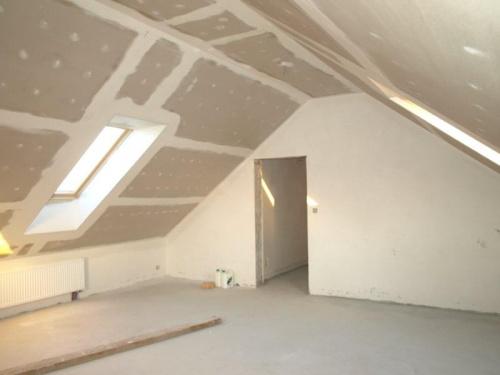 pokój nad garażem widok z rogu przy oknie