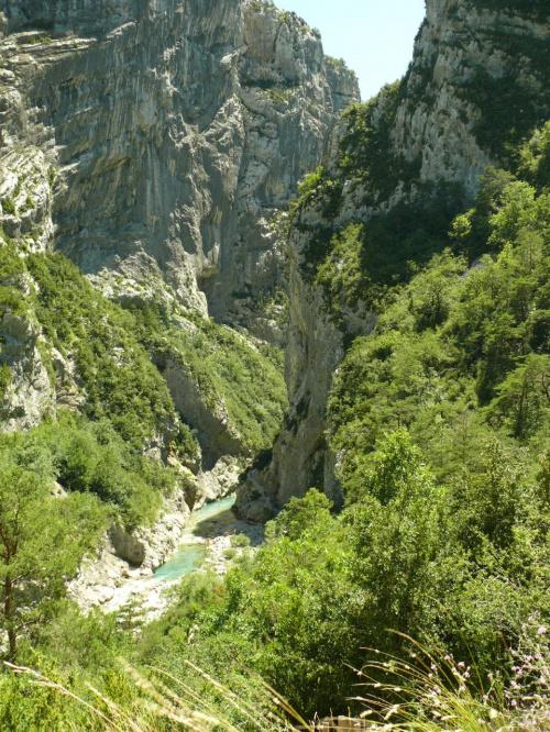 Grand Canyon du Verdon, skały wznoszą się pionowo nawet na wys. 700 m #CanionDuVerdon #Francja #Prowansja